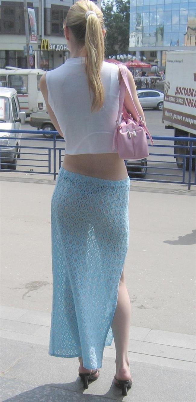 Девушки на улице в прозрачных платьях