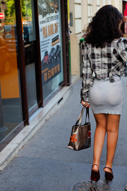Женщины в платьях на улице