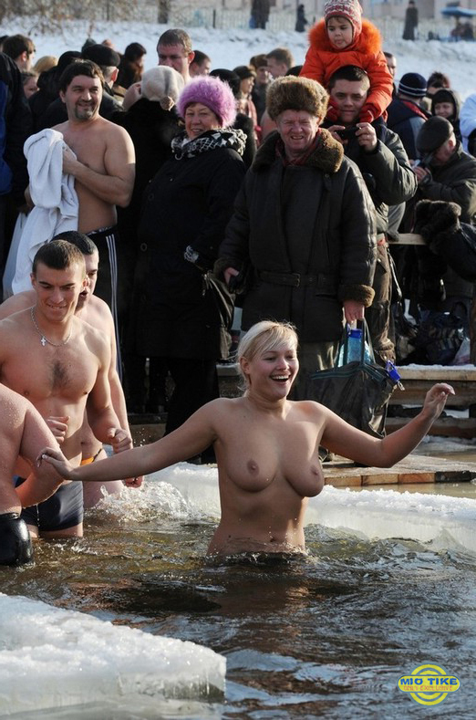 Крещенское купание православных красавиц (30 фото)