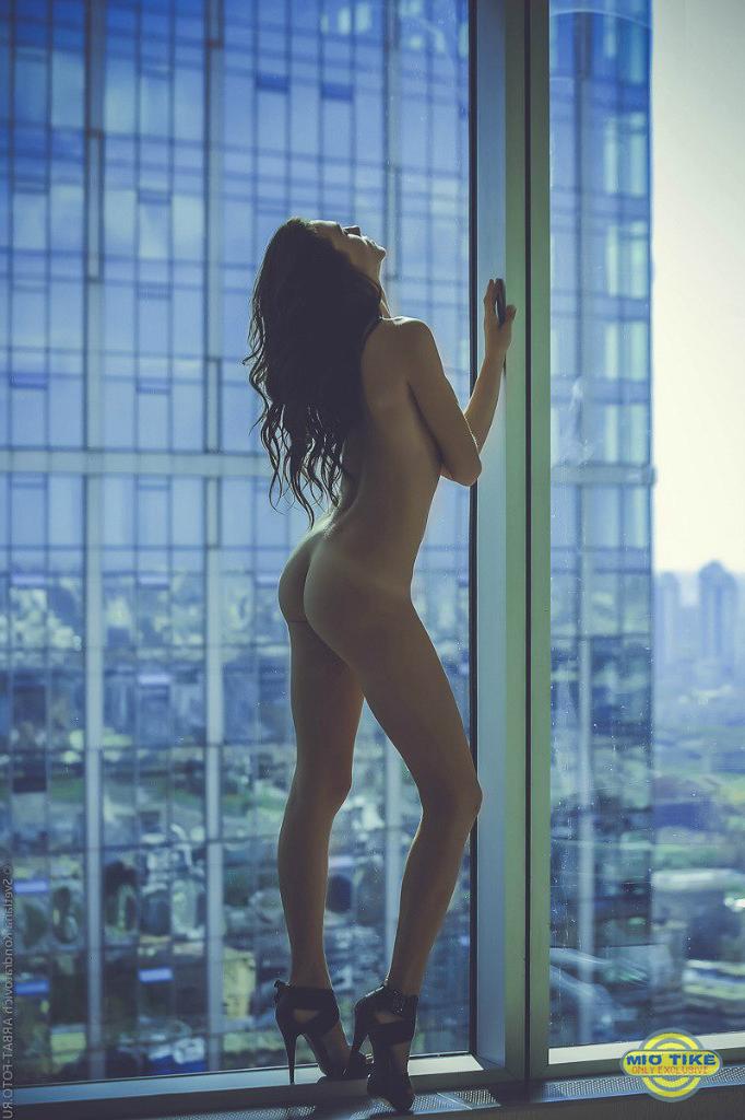 Обнаженные девушки на вершине мира в панорамных окнах (25 фото)
