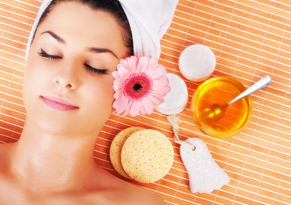 В статье рассказывается о том, как применяется мед в косметологии, как сделать маски для волос, лица, скрабы в домашних условиях.