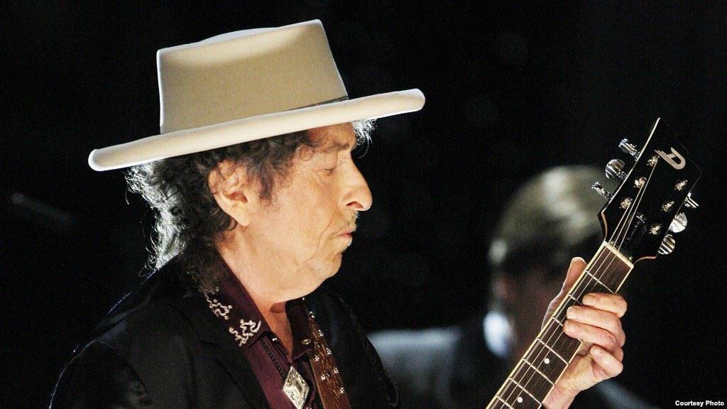 Музыканту Бобу Дилану вручили Нобелевскую премию в Стокгольме