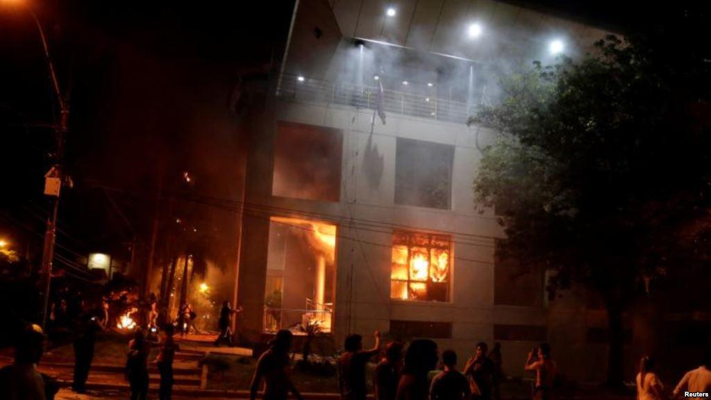 В Парагвае демонстранты подожгли парламент