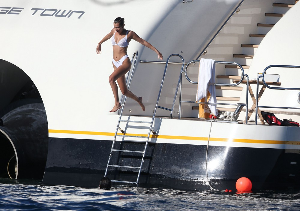 Белла Хадид отдыхает на яхте