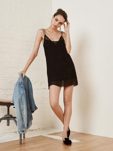 платье в бельевом стиле в гардеробе девушки