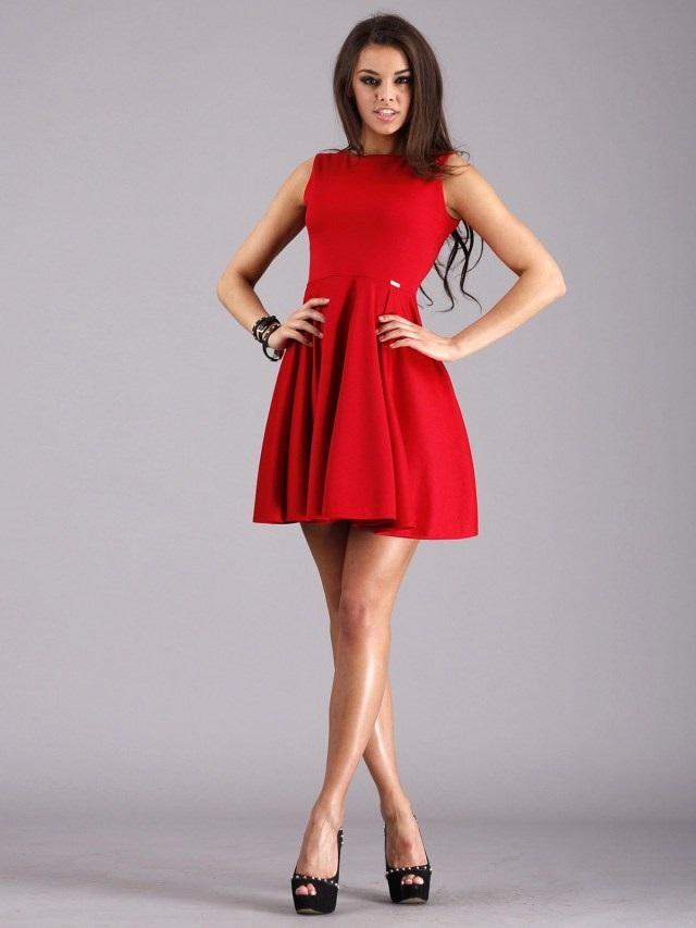 красное платье в гардеробе девушки