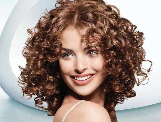 как следить за вьющимися волосами