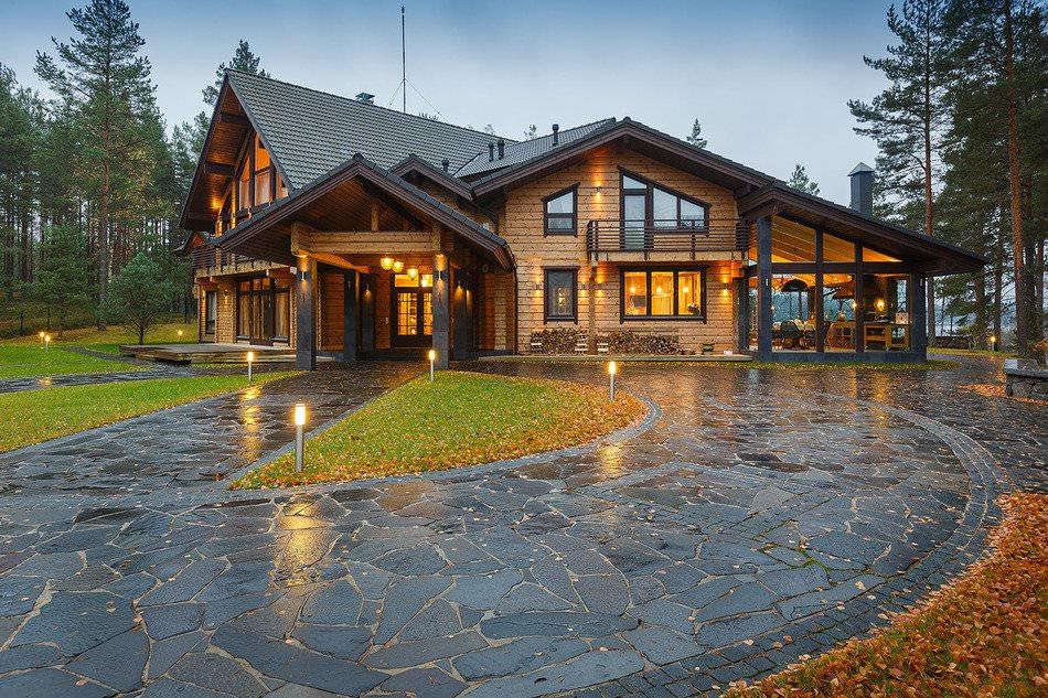 Частный дом из бруса в сосновом лесу в Ленинградской области