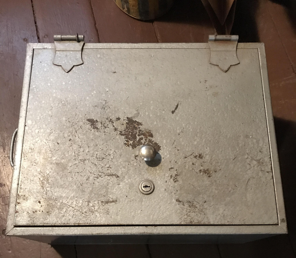 Интересное содержимое сейфа в старом доме бабушки