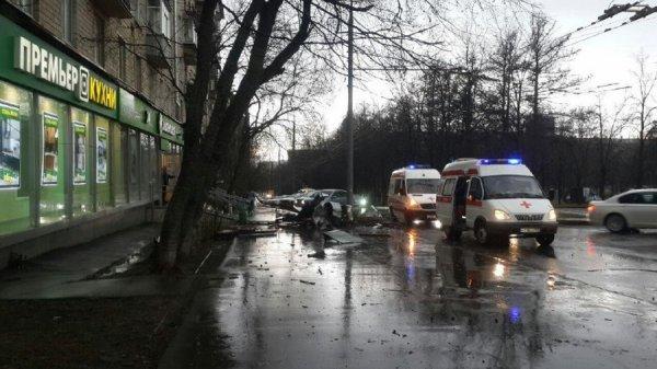 В Москве из-за непогоды с угла дома сорвался большой кусок крыши