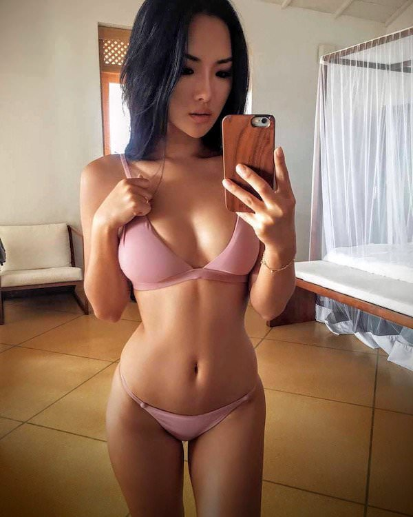 Селфи девушек в зеркале (45 фото)