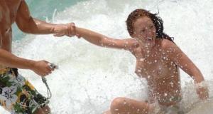Наташа Хэмилтон потеряла купальник в морских волнах