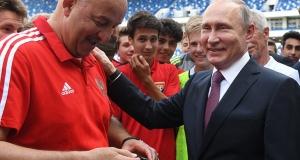 Черчесов берет автограф у Путина