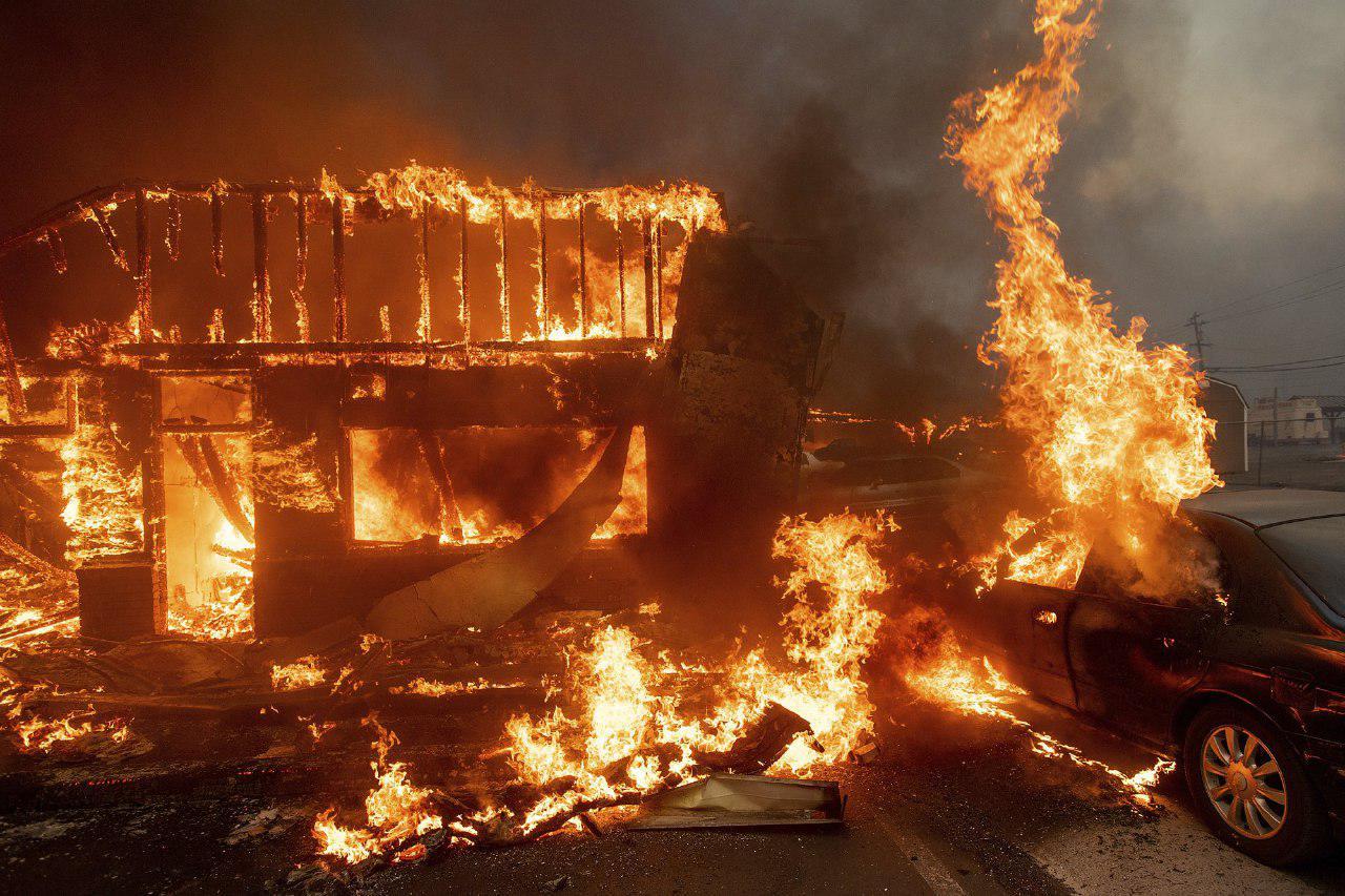 На севере Калифорнии лесной пожар уничтожил город Парадайс