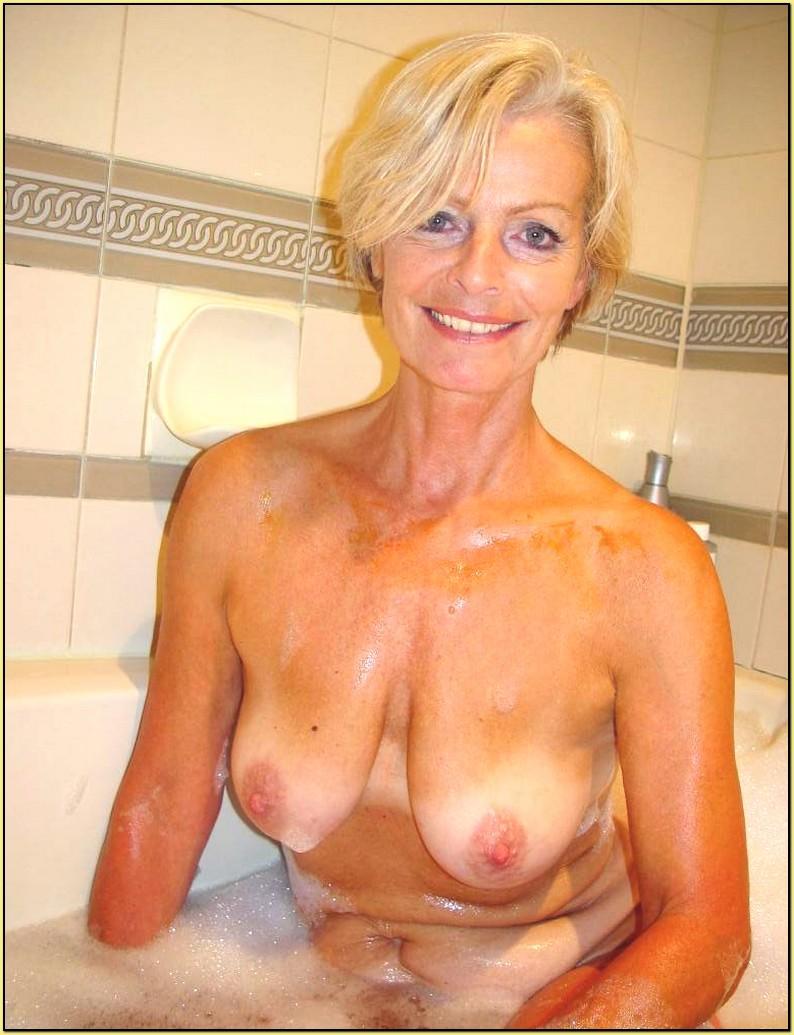 Мамка в ванне показывает грудь