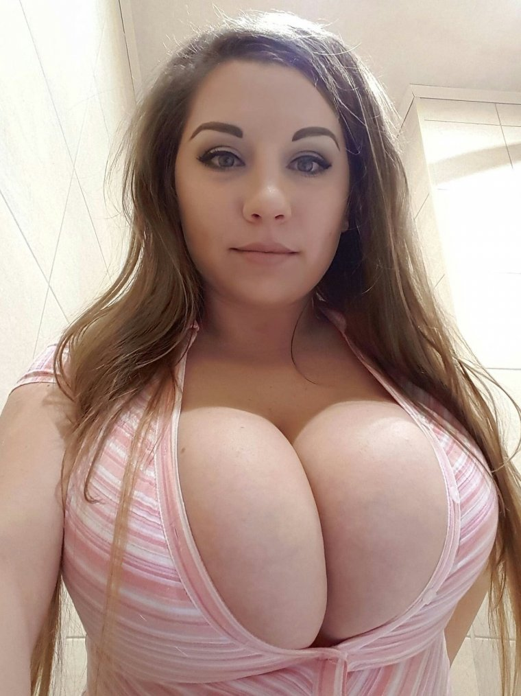 Amateur home picture with a superhot big boobs shaved dumpster