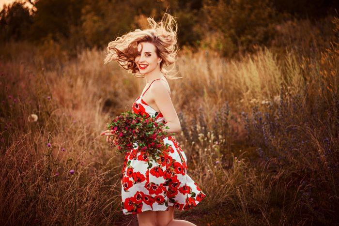 Красивые девушки в узких платьях