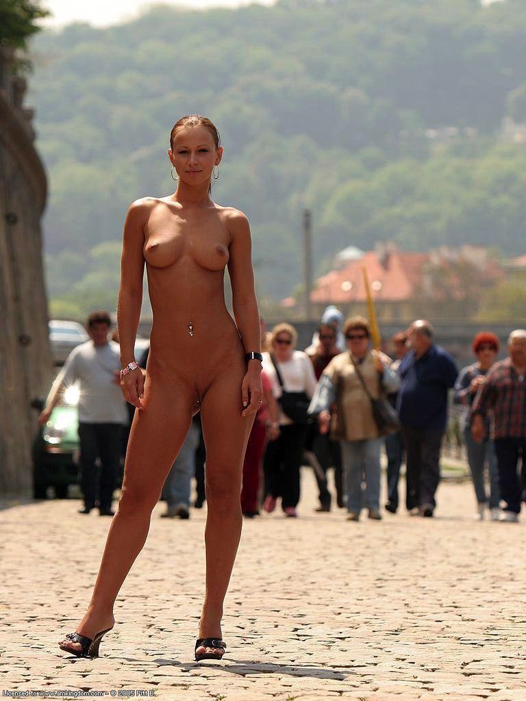 Девушки показывают себя в общественных местах