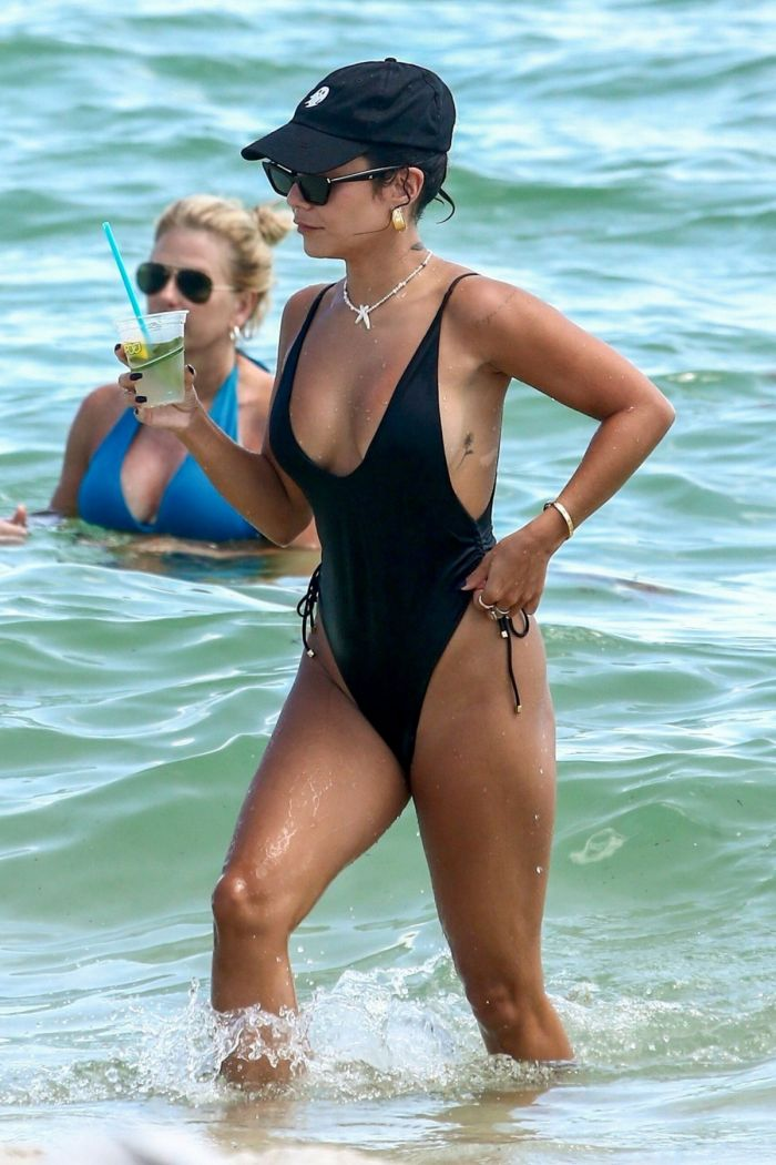 Ванесса Хадженс (Vanessa Hudgens) в купальнике