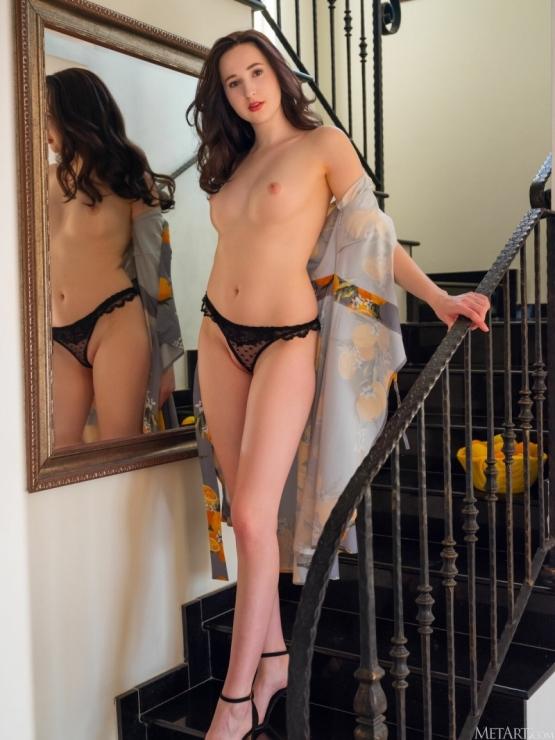 Margaret Clay на лестнице